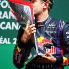 Sebastian Vettel besa el triunfo