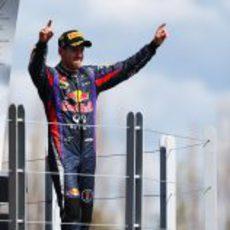 Sebastian Vettel celebra la victoria en el podio