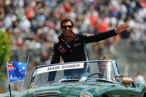 Mark Webber saluda durante el 'drivers' parade'