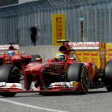 Felipe Massa rueda por delante de Fernando Alonso