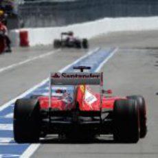 Fernando Alonso sale de boxes con neumáticos frescos