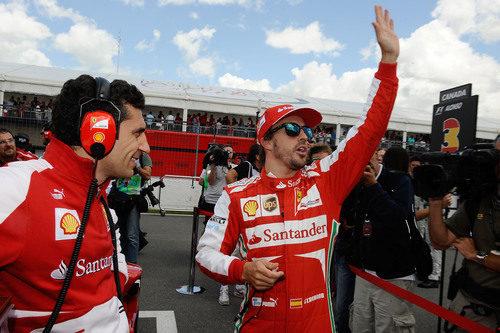Fernando Alonso saluda al público de las gradas