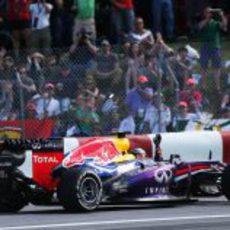 Sebastian Vettel saluda a la grada tras ganar el GP de Canadá 2013