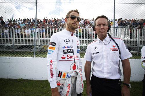 Jenson Button posa con sus gafas de sol en plena parrilla del GP de Canadá 2013