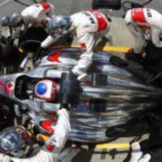 Jenson Button realiza una fugaz parada durante el GP de Canadá 2013