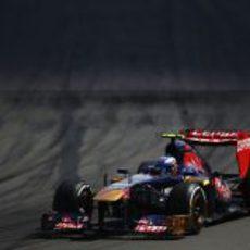 Daniel Ricciardo sufre para conducir su STR8