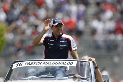 Pastor Maldonado saluda en el 'drivers' parade'