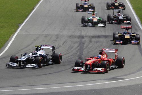 Valtteri Bottas rueda en paralelo con Fernando Alonso