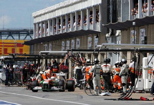 Paul di Resta sale da la calle de boxes tras un nuevo cambio de gomas