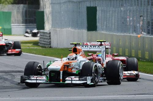 Adrian Sutil rueda por delante de Felipe Massa