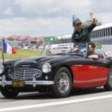 Charles Pic saluda durante el 'drivers parade'