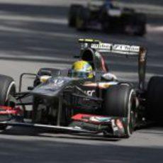 Esteban Gutiérrez rueda delante de Daniel Ricciardo
