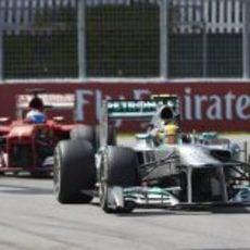 Lewis Hamilton, perseguido por Fernando Alonso en Montreal