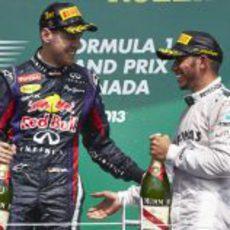 Lewis Hamilton sonríe en el podio junto a Sebastian Vettel