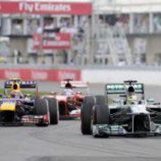 Nico Rosberg intenta mantener la posición
