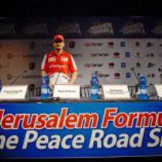Giancarlo Fisichella solo en la sala de prensa del imporvisado circuito