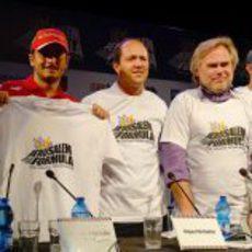 Giancarlo Fisichella enseña la primera camiseta del Jerusalem Peace Road Show