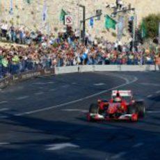 Giancarlo Fisichella puede sentir el apoyo de la ciudad a bordo de su F60