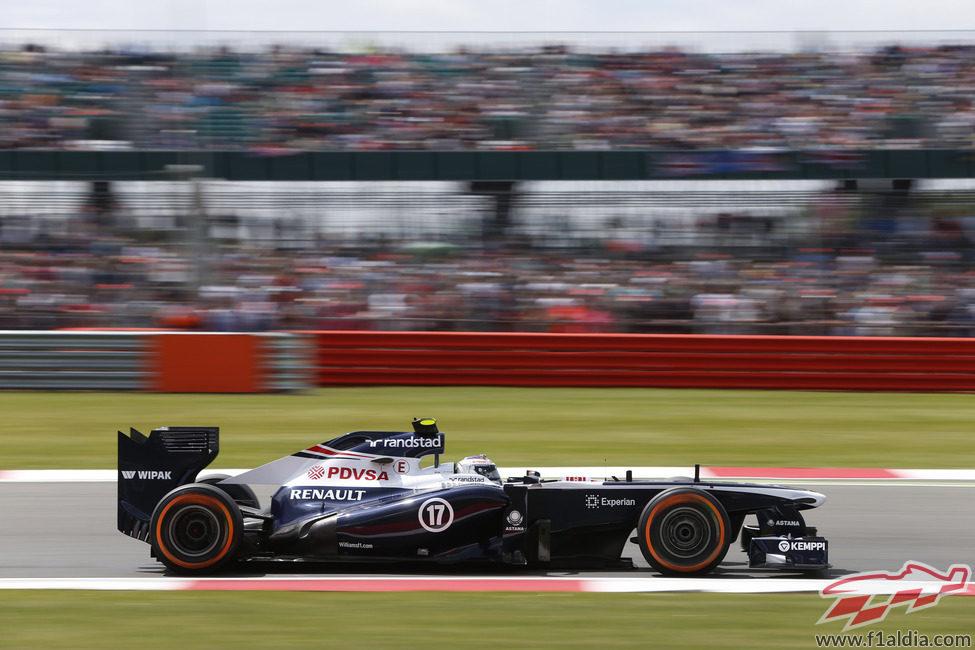 Valtteri Bottas a toda velocidad con los neumáticos duros