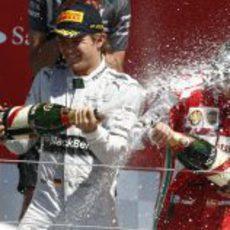 Rosberg y Alonso, bañados en champán