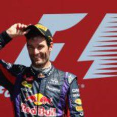 Mark Webber sonríe en el podio de Silverstone