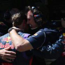 Christian Horner consuela a Sebastian Vettel