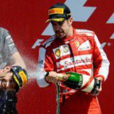 Fernando Alonso baña de champán a Mark Webber