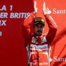Fernando Alonso aplaude en el podio