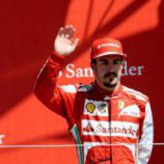 Fernando Alonso saluda desde el podio de Silverstone