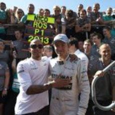 Lewis Hamilton y Nico Rosberg en la celebración de Mercedes