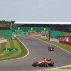 Jules Bianchi afronta una curva en la carrera
