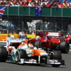 Adrian Sutil, delante de Felipe Massa