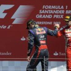 Fernando Alonso y Mark Webber disfrutan en el podio