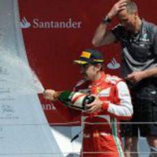 Fernando Alonso descorcha el champán