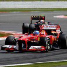 Fernando Alonso completa una tanda con el compuesto medio