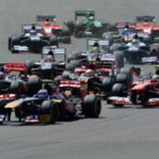 Daniel Ricciardo afronta la primera curva del GP de Gran Bretaña 2013