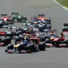 Daniel Ricciardo sale en las primeras posiciones del GP de Gran Bretaña 2013