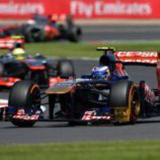 Daniel Ricciardo rueda por delante de Pérez