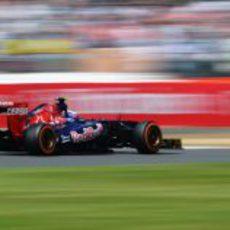 Daniel Ricciardo controla su STR8 por las curvas del circuito de Silverstone