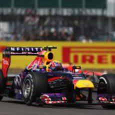 Mark Webber lleva a cabo su remontada con el alerón roto