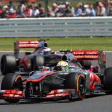 Sergio Pérez adelanta a Jenson Button en pista