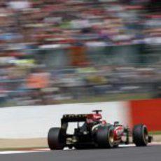 Kimi Räikkönen intenta huir de sus perseguidores en Silverstone