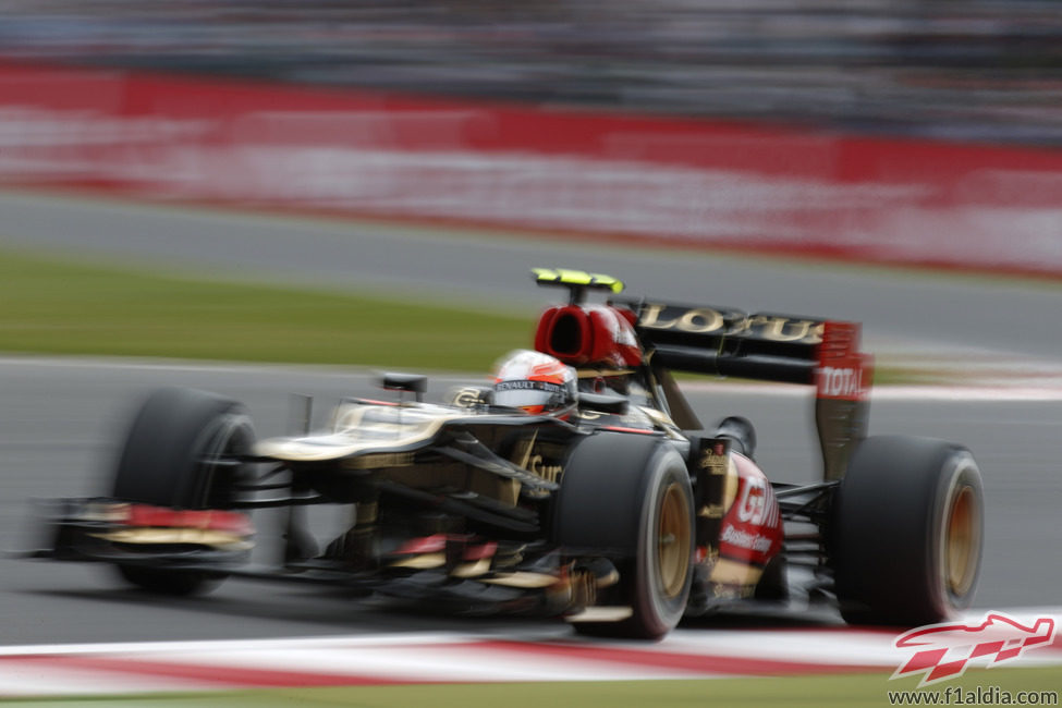 Romain Grosjean pasa por encima de uno de los pianos del circuito de Silverstone