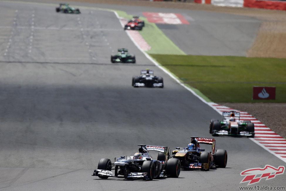 Pastor Maldonado por delante de Daniel Ricciardo en Silverstone