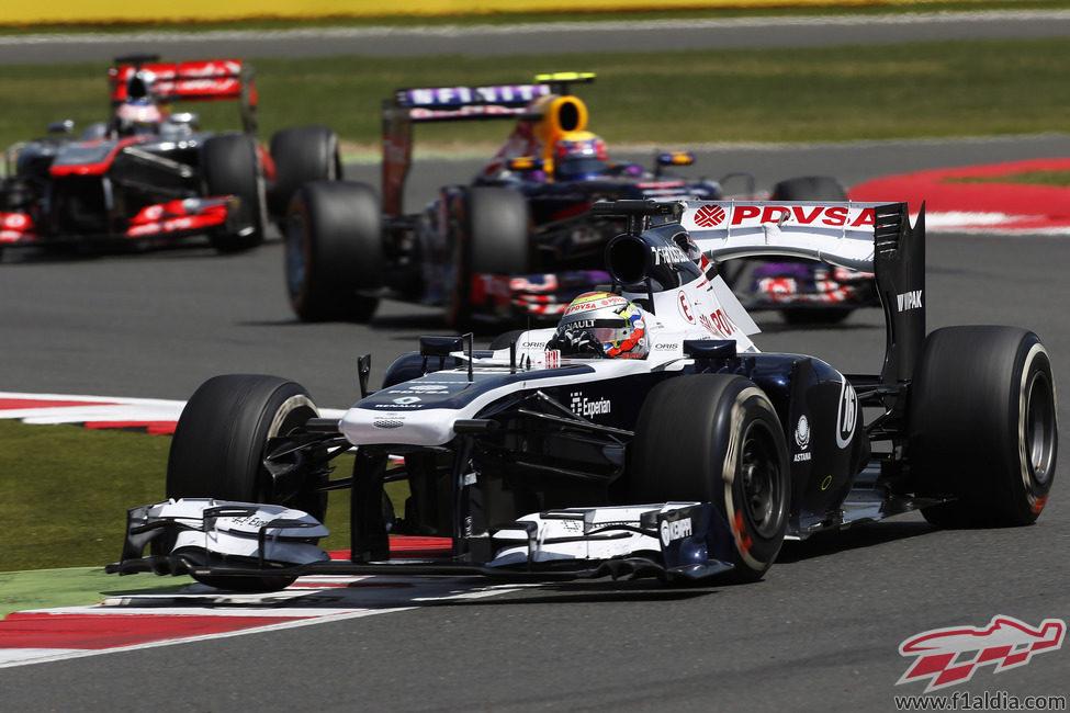 Pastor Maldonado, Mark Webber y Jenson Button luchan en Silverstone