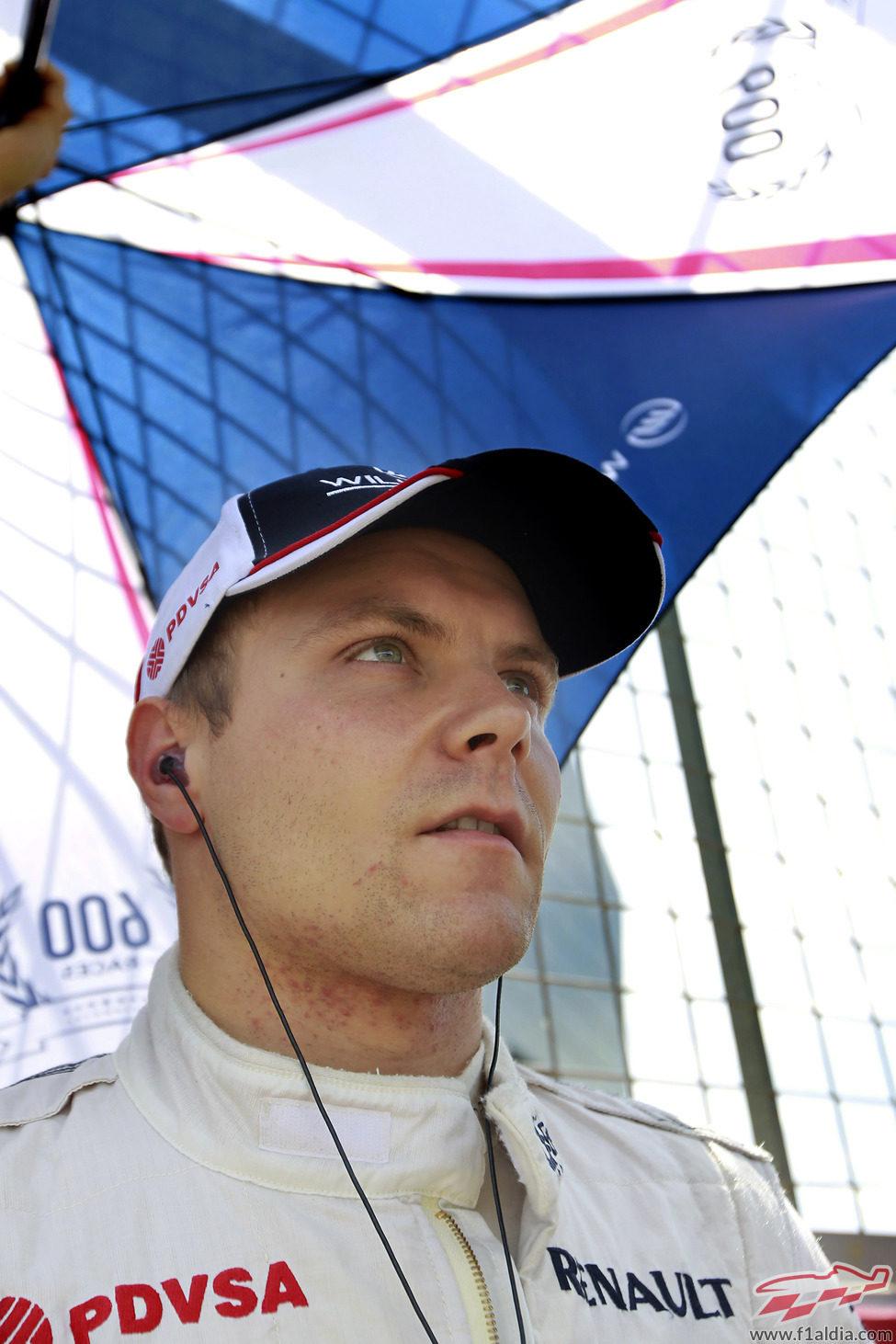 Valtteri Bottas se protege del sol que apareció el domingo en Silverstone