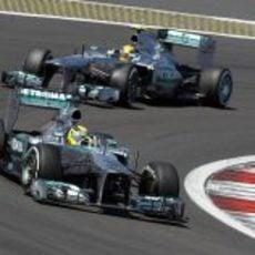 Rosberg y Hanilton luchando codo con codo