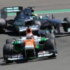 Paul di Resta, delante del Mercedes de Nico Rosberg