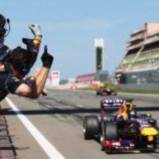 Los mecánicos de Red Bull felicitan a Sebastian Vettel