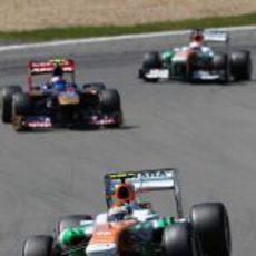 Adrian Sutil, por delante de un Toro Rosso y de su compañero de equipo